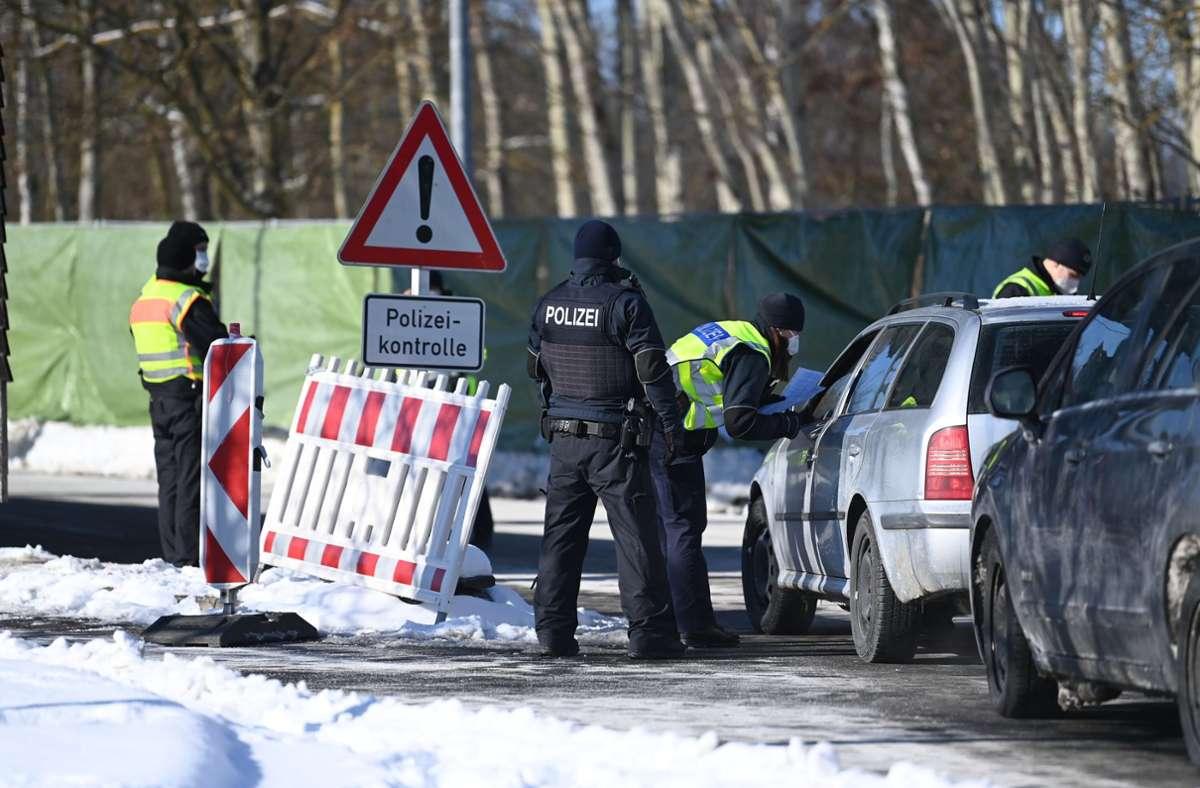 Im bayerischen Schirnding kontrolliert die Bundespolizei Autos an der Grenze nach Tschechien. (Archivbild) Foto: dpa/Matthias Balk
