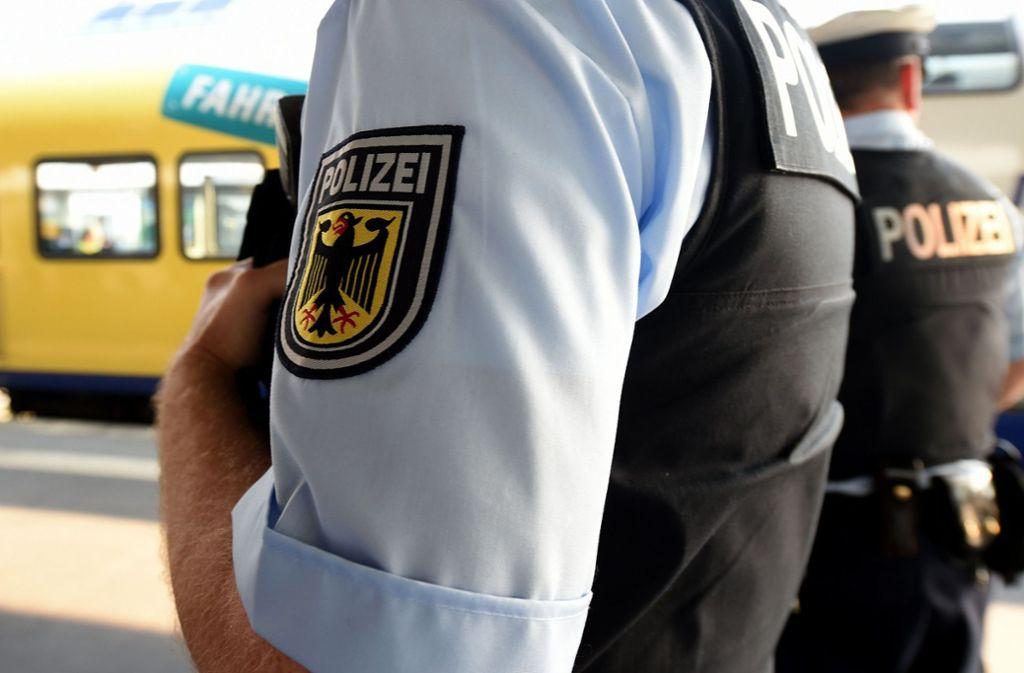 Der 35-Jährige schlug und trat auf die Beamten ein (Symbolbild). Foto: dpa/Holger Hollemann