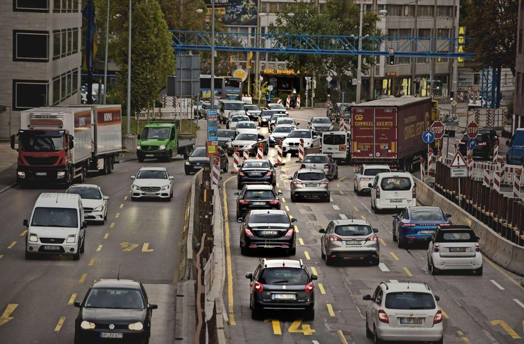 Wenn das Fahrverbot ab 2019 gilt, soll ein Verstoß  80 Euro kosten. Foto: /Kovalenko (2), dpa