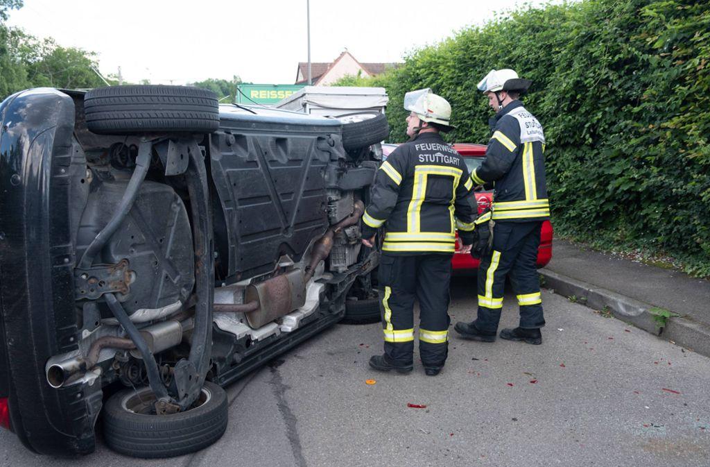 Ein 56 Jahre alter Mercedes-Fahrer ist am Donnerstag nach einem Unfall in der Neckartalstraße von der Fahrbahn abgekommen und mit seinem Wagen umgekippt. Foto: 7aktuell.de/Frank Herlinger