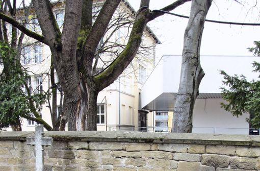Über die Friedhofsmauer zum  Schulhof