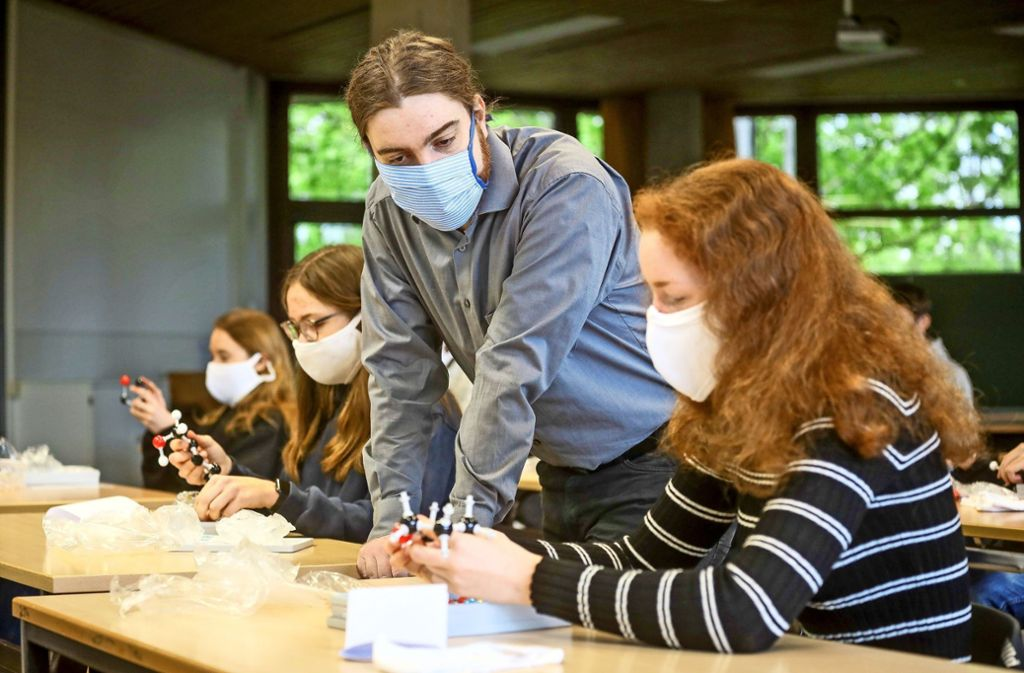 Geht der Lehrer Jan Köster  durch die Reihe, kann also der Abstand nicht eingehalten werden, besteht Maskenpflicht. Die Stadt hat die Masken beschafft Foto: factum/Simon Granville