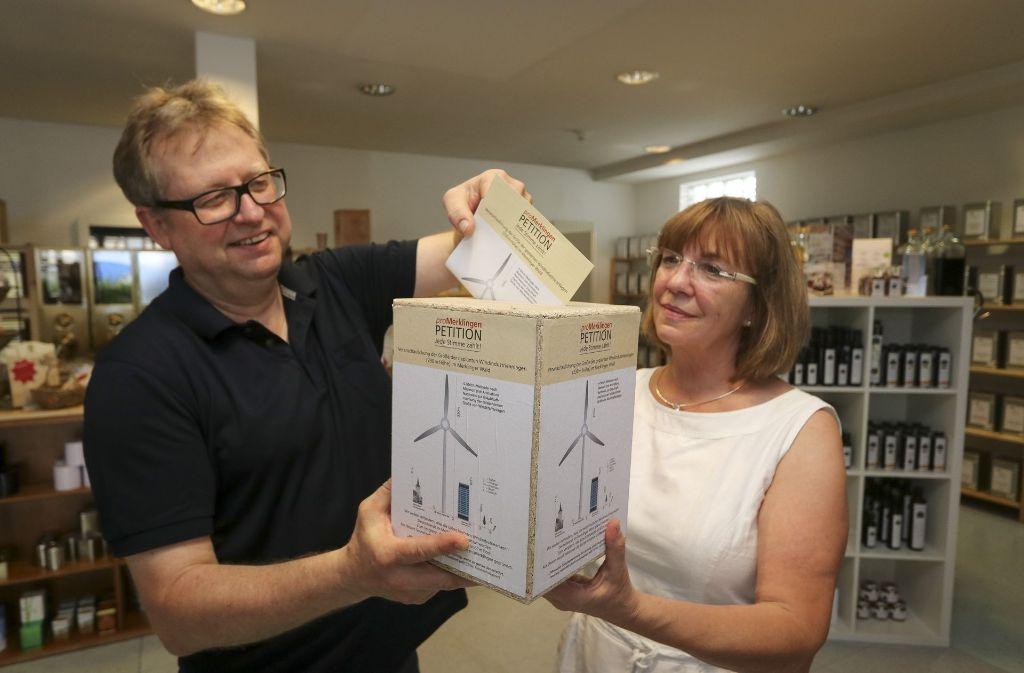 Christian Waschkeit und Gabriele Vollmer sammeln Unterschriften. Foto: factum/Granville