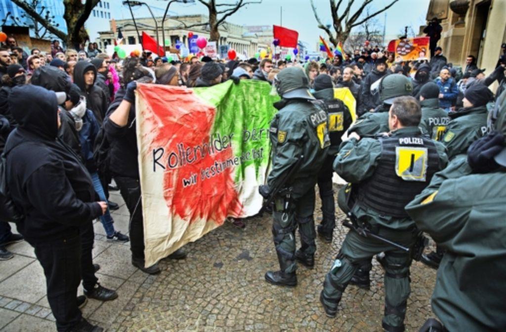 """Am Rande der """"Demo für alle"""" kam es zu Konflikten zwischen Gegendemonstranten und der Polizei, bei der Beamte und Teilnehmer verletzt wurden. Foto: Lichtgut/Horst Rudel"""
