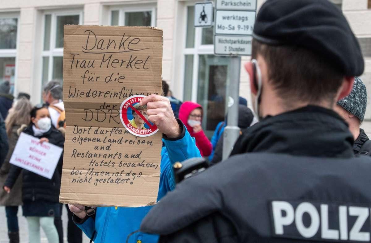Die Polizei hat in Ludwigsburg einen Demozug von Querdenkern gestoppt (Symbolbild). Foto: dpa/Stefan Puchner