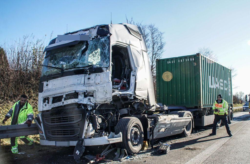 Ein Lkw ist am Donnerstagmittag auf einen anderen Lastwagen aufgefahren. Foto: SDMG
