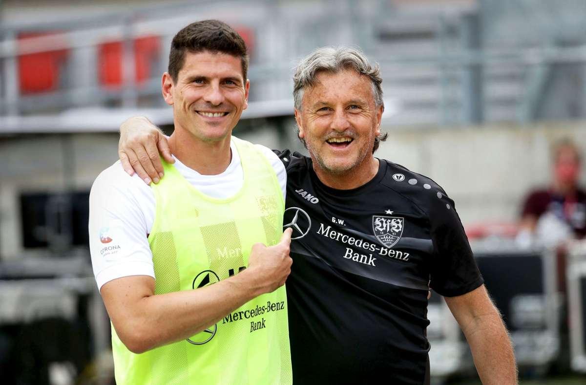 Der Physiotherapeut Gerhard Wörn pflegt  nach 30 Jahren beim VfB nicht nur mit Mario Gomez  ein freundschaftliches Verhältnis. Foto: Baumann