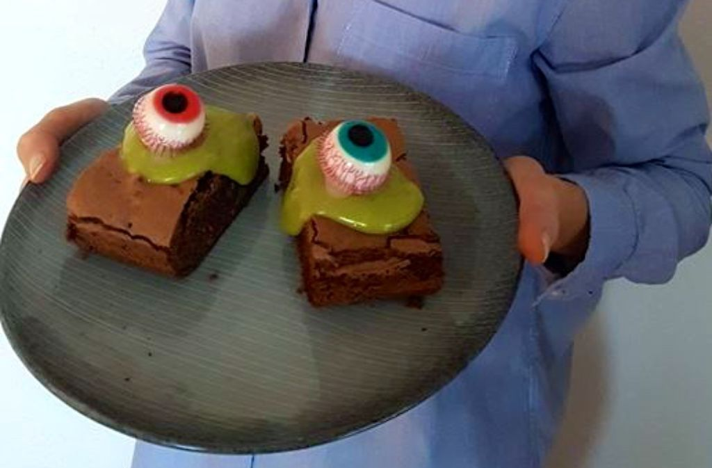 Die Schoko-Brownies mit Avocado-Frosting werden zu Halloween mit Gummi-Augen gepimpt. Foto: privat