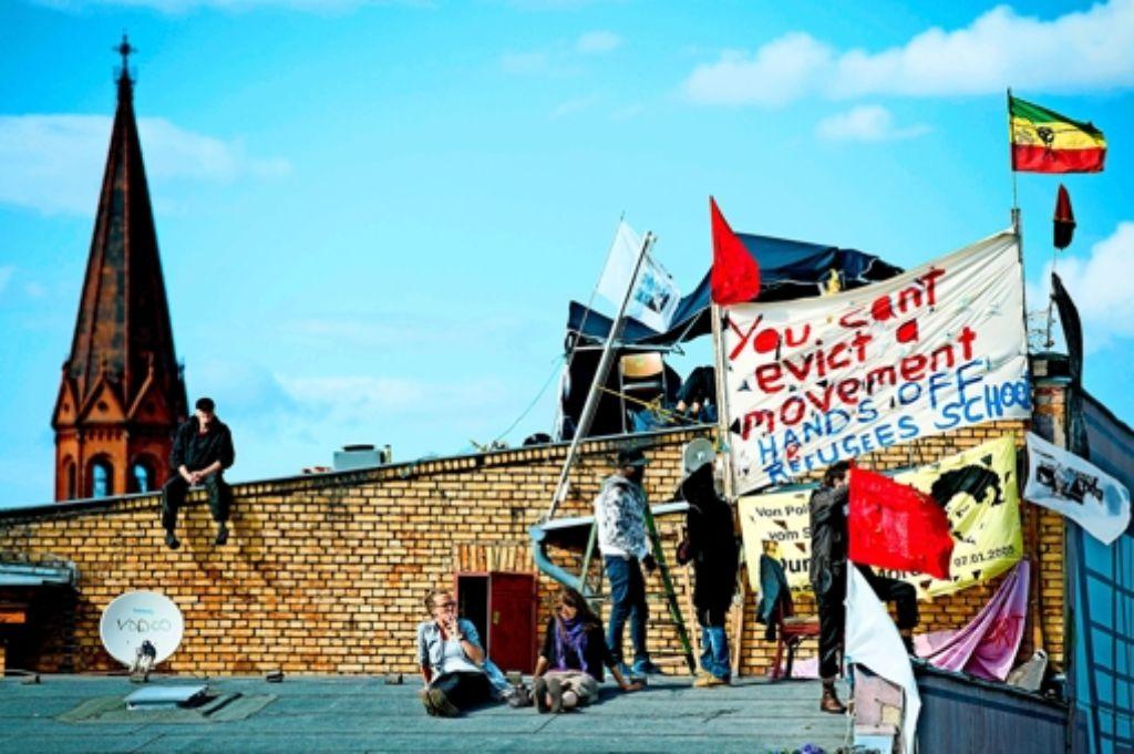 Besetzer auf dem Dach der Gerhart-Hauptmann-Schule Foto: dpa