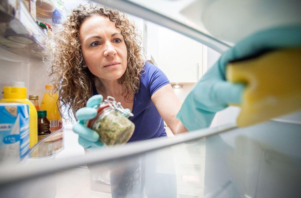 Im Kühlschrank, auf der Tastatur, an der Lieblingstasse oder am Wasserhahn – die unsichtbaren Keime tummeln sich am Arbeitsplatz fast überall. Tägliches und nachhaltiges Reinigen hilft. Foto: dpa