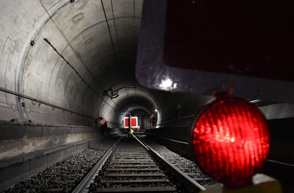 Bis das Signal für den S-Bahnringschluss ins Neckartal auf Grün springt, dürften noch einige Jahre ins Land ziehen. Die Verbindung ist möglich, aber teuer. Das hat ein Gutachten ergeben. Foto: dpa