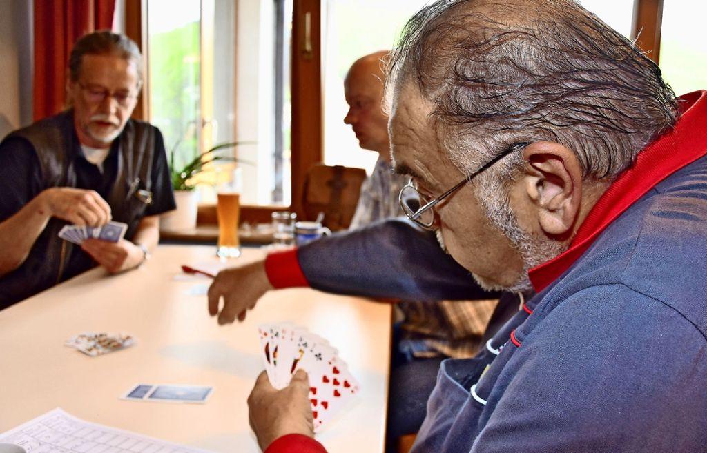Die Karten liegen auf dem Tisch. Verbandspräsident Wilhelm Maurer (vorne) überlegt kurz, ob er den Stich für sich sichern soll. Foto: Kuhn