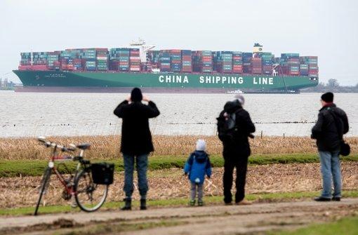 Containerschiff in der Elbe: Bergung läuft weiter