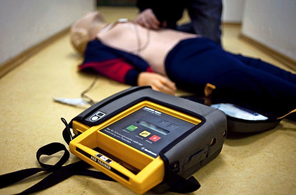 Der Defibrillator hilft. Aber es muss auch schnell gekonnt reanimiert werden. Foto: dpa-Symbolbild