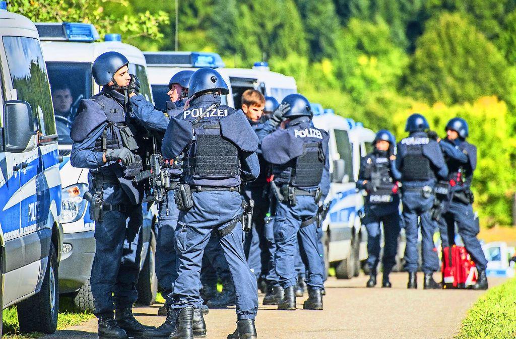 Die Polizei war mit einem Großaufgebot in Villingendorf präsent. Am Nachmittag konzentrierte sich die Suche nach dem mutmaßlichen Täter auf den Nachbarort Herrenzimmern. Foto: dpa