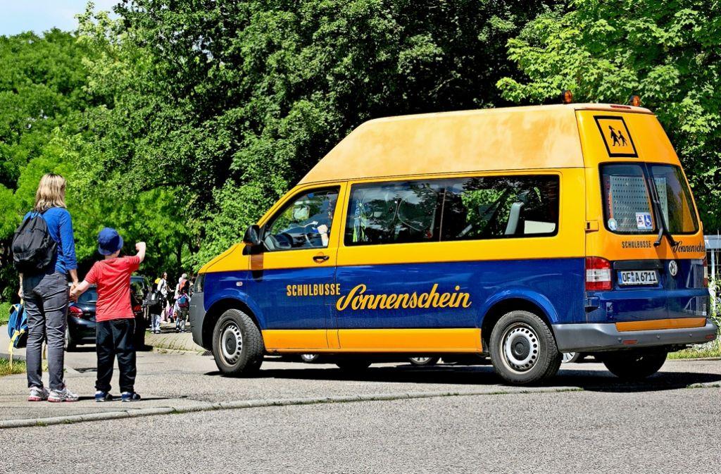 Ein Bus des Unternehmens Sonnenschein holt in Vaihingen Schüler ab. Foto: Lichtgut/Horst Rudel