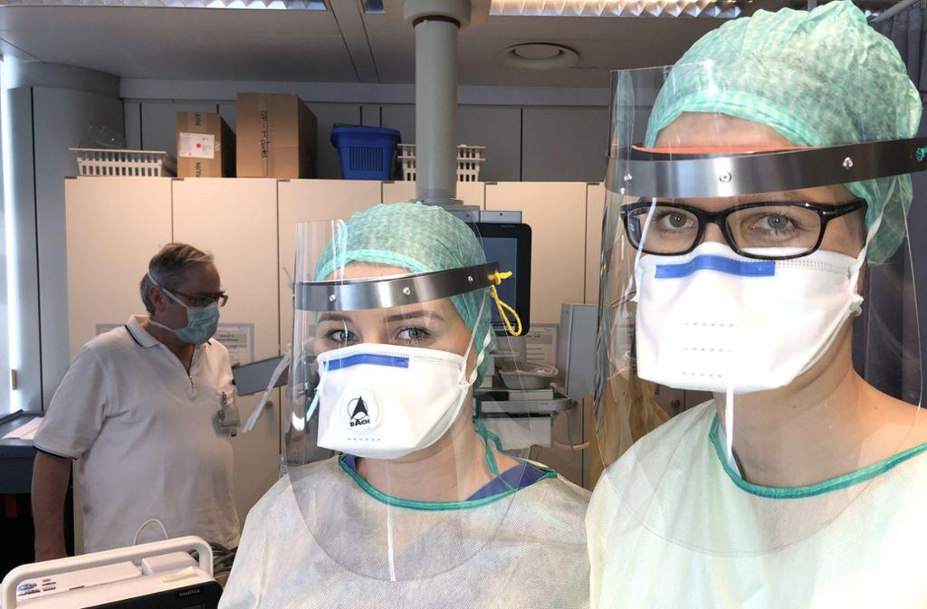 Ärztin Meike Krempel (rechts) und  Krankenpflegerin Jacqueline Maqué aus der Anästhesie haben das neue Gesichtsschild im Klinikum Stuttgart getestet. Foto: Klinikum Stuttgart