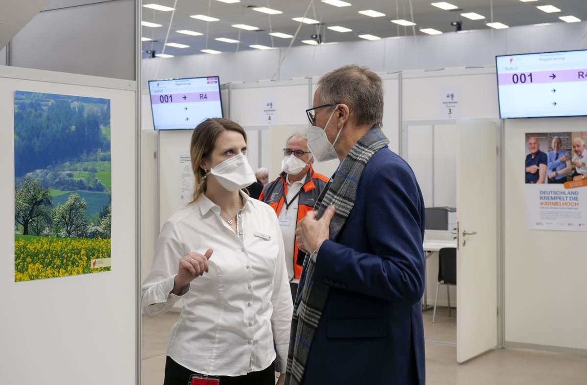 Der Landrat bei einem Besuch im Sindelfinger Impfzentrum mit Wiebke Höfer, der Chefin des Kreisimpfzentrums. Foto: Simon Granville/Simon Granville