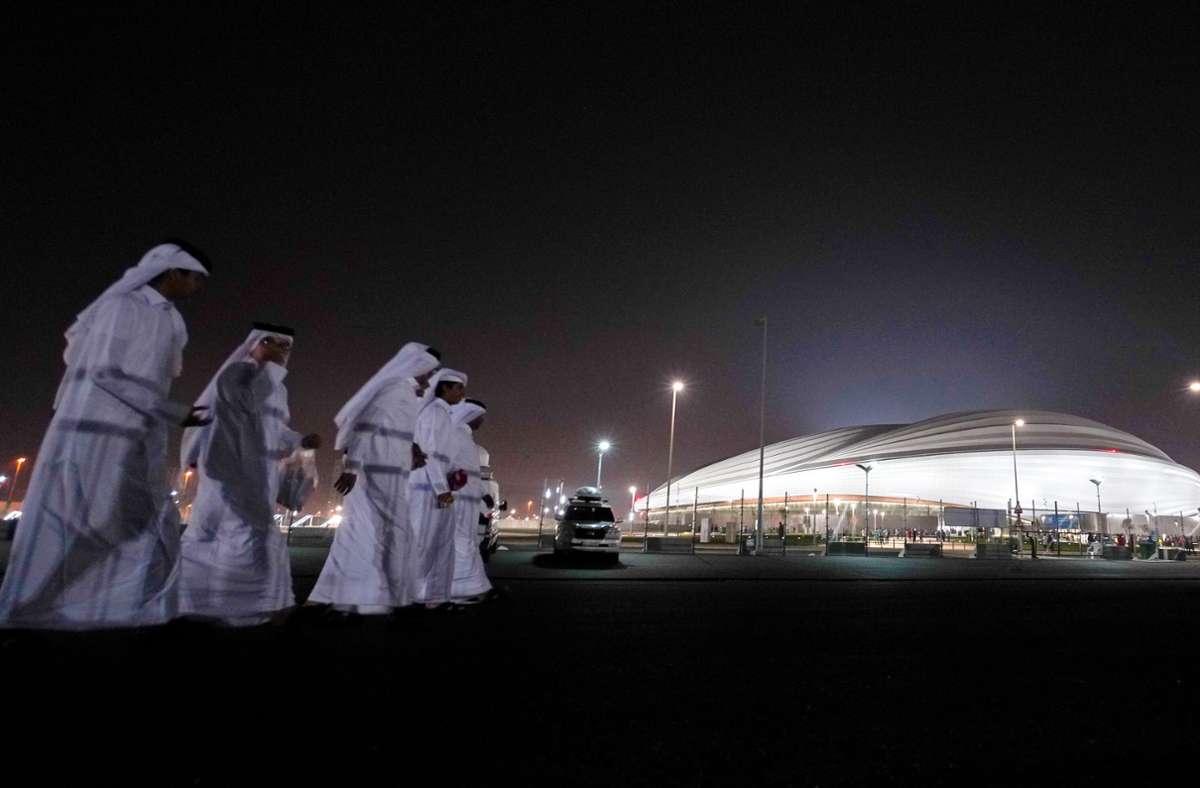 Katarische Fans kommen zur Eröffnung des Al-Dschanub Stadions (vorher Al-Wakrah Stadion). Foto: picture alliance/dpa/Sharil Babu