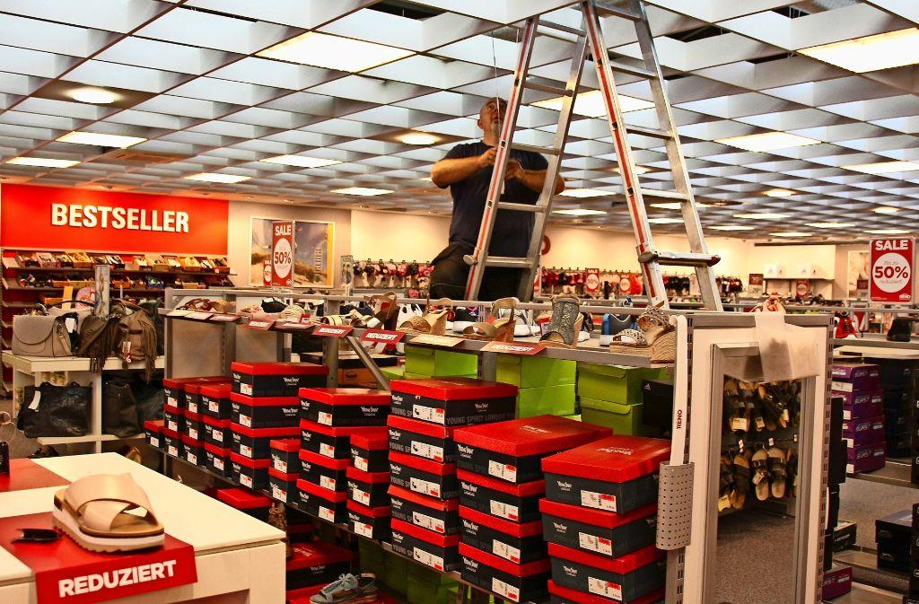 Der Handwerker Steffen Krause  montiert im   Schuhladen  neue Kühlgeräte Foto: Natalie  Kanter
