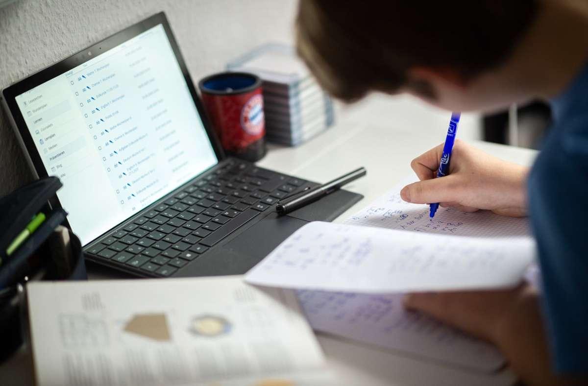 Viele  Schüler im Landkreis Schwäbisch Hall müssen weiter daheim lernen (Symbolbild). Foto: dpa/Jonas Güttler