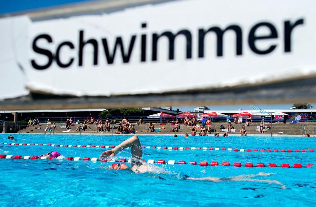 Ehrgeizige Schwimmer wollen auch im überfüllten Freibad trainieren: Sie beharren auf ihre Bahn. Foto: dpa