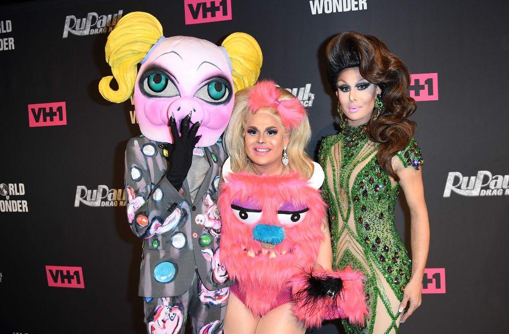 """Bei der Premieren-Party von """"RuPaul's Drag Race"""" präsentieren sich die Kandidatinnen Jaymes Mansfield (Mitte) und Trinity Taylor (rechts) auf dem roten Teppich. Foto: AFP"""