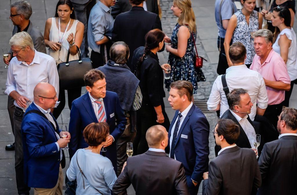 Mit Prominenz ist die Eröffnung des neuen Innenstadtbüros von Stuttgarter Zeitung und Stuttgarter Nachrichten gefeiert worden. Foto: Lichtgut/Max Kovalenko