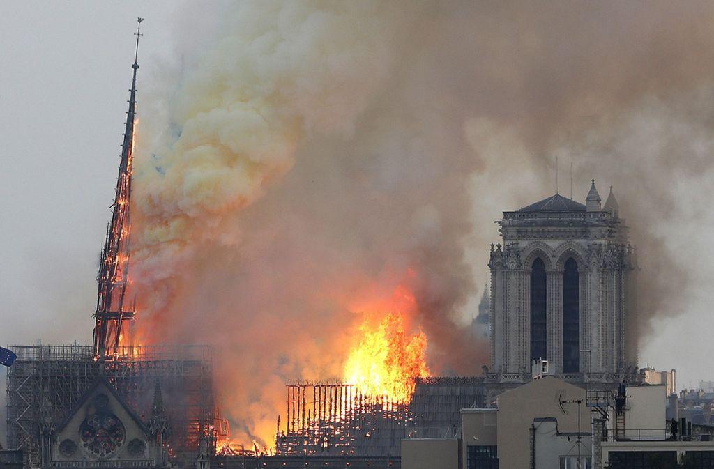 Schwarzer Rauch drang am Montagabend aus den beiden großen Türmen der Kathedrale. Foto: AP