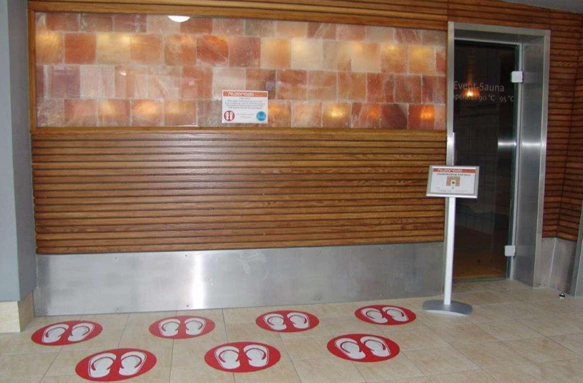 Zum Hygienekonzept des Fildorados gehören diese Markierung auf dem Boden: Stehen in jedem Kreis Badelatschen, dürfen wegen des Abstandsgebots keine weiteren Personen in die Sauna. Foto: Armin Friedl
