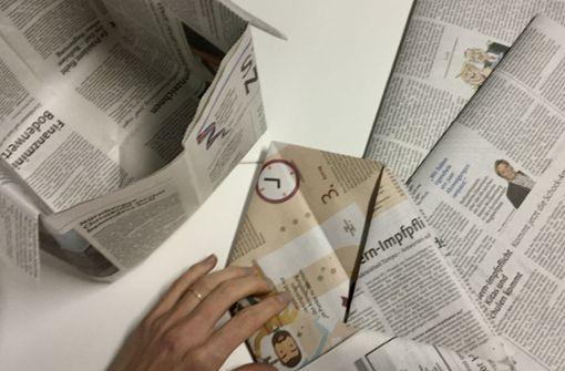 So faltet man eine Biomülltüte aus altem Zeitungspapier