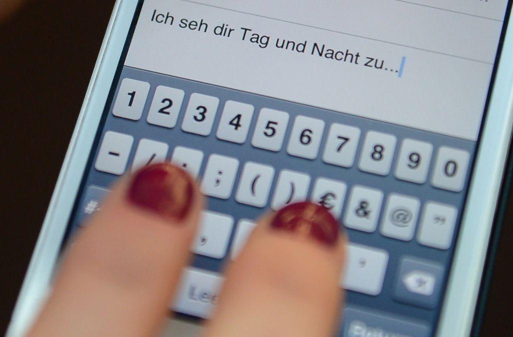 Andauernde Belästigungen per SMS, Brief oder Telefon – Stalker setzen ihre Opfer großem psychischem Druck aus. Foto: dpa