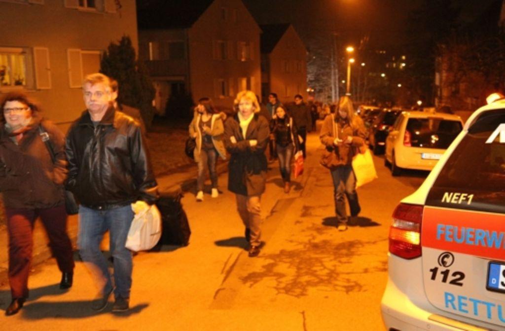 Gestrandete Fahrgäste müssen die Bahnen nach dem Unfall am Mittwoch zu Fuß verlassen. Foto: 7aktuell.de/Oswald