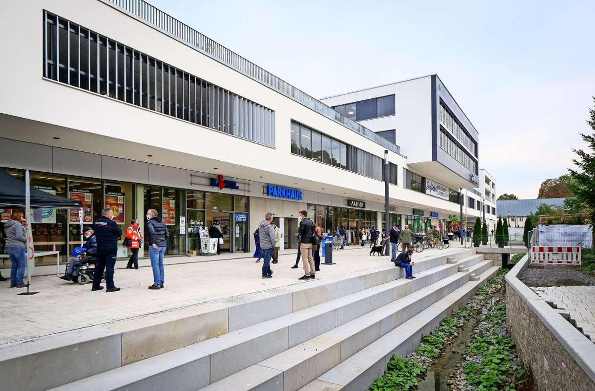 Schon zur Eröffnung am Dienstag zog es viele Kunden aus Herrenberg und Umgebung zum neuen Einkaufszentrum Seeländer. Foto: factum/Simon Granville