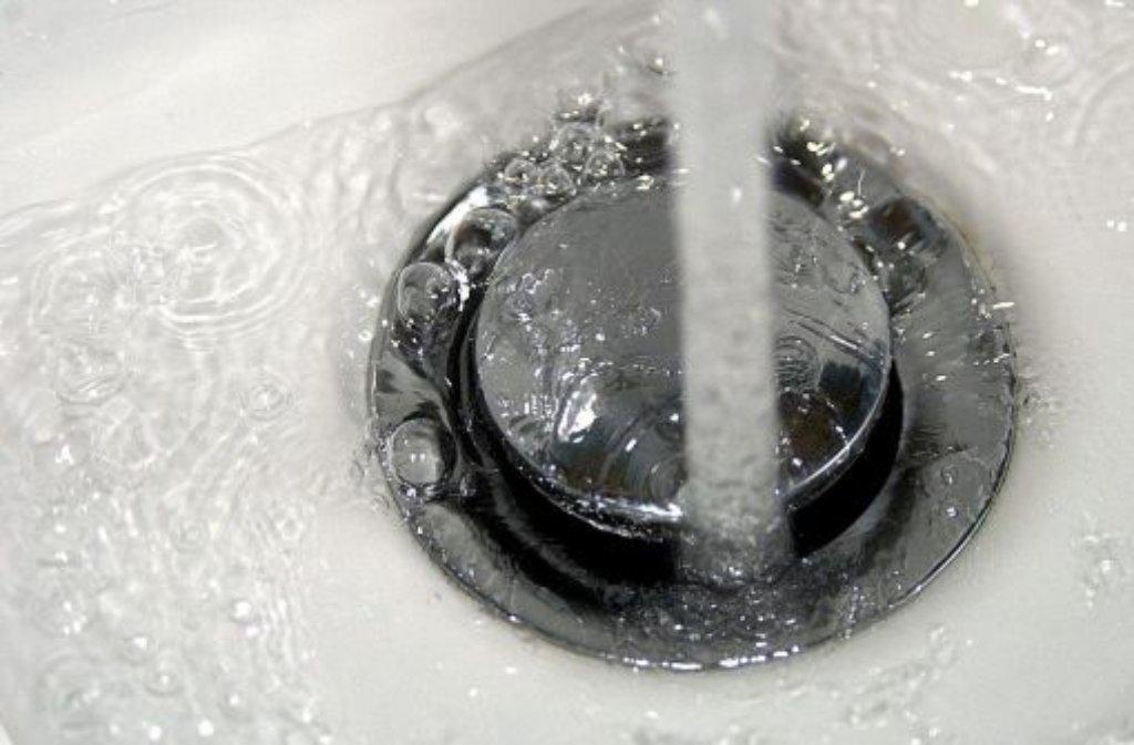 Immer wieder werden Fälle bekannt, in denen - meist nach dem Auftreten einer oder mehrerer Erkrankungen - Legionellen in der Trinkwasseranlage von Wohngebäuden gefunden werden. Foto: dapd