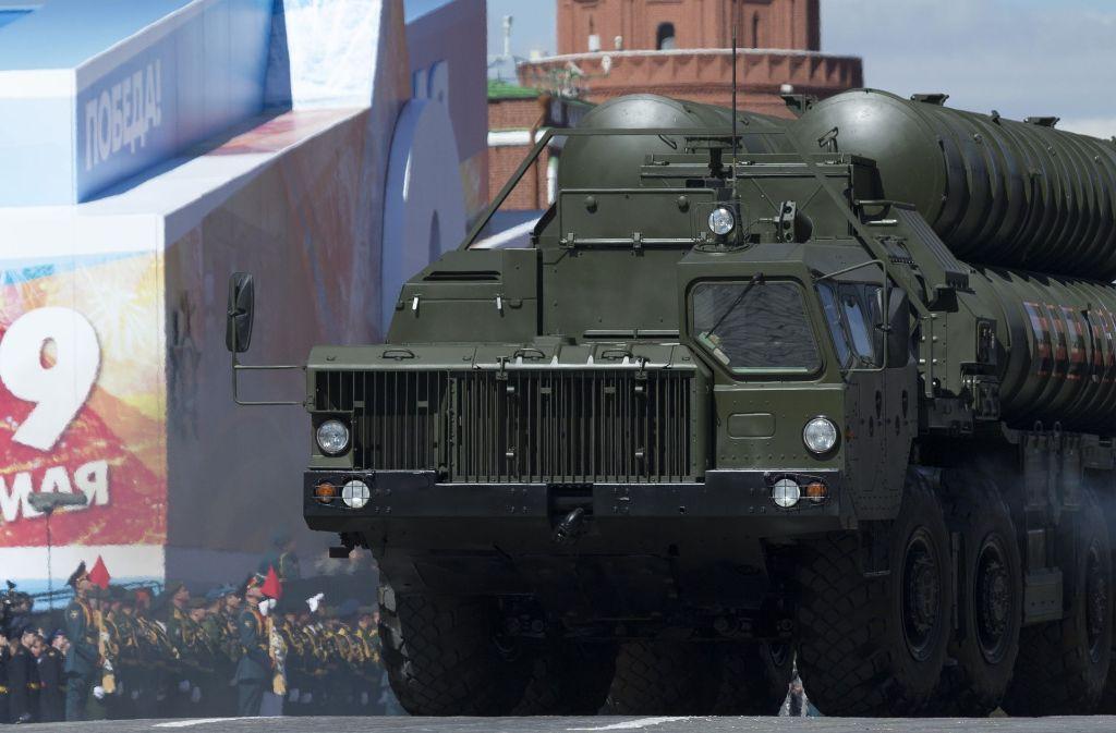 Deutschland legt seine Waffenlieferungen in die Türk auf Eis. Sind russische Waffen eine Alternative für Ankara? Hier ein Raketensystem des Typs S-400 während der Parade zum Tag des Sieges im Mai auf dem Roten Platz in Moskau. Foto: AP
