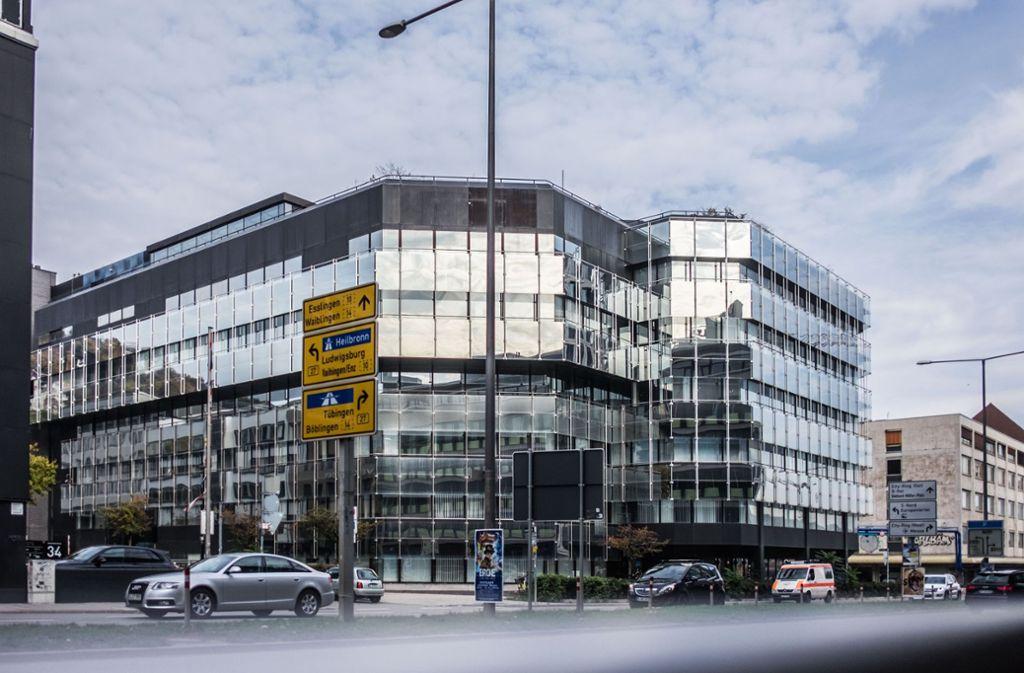 Dieser Glasbau in der Kriegsbergstraße – der vordere Teil der ehemaligen EnBW-Zentrale – wird in diesen Tagen abgerissen. Foto: Lichtgut/Max Kovalenko