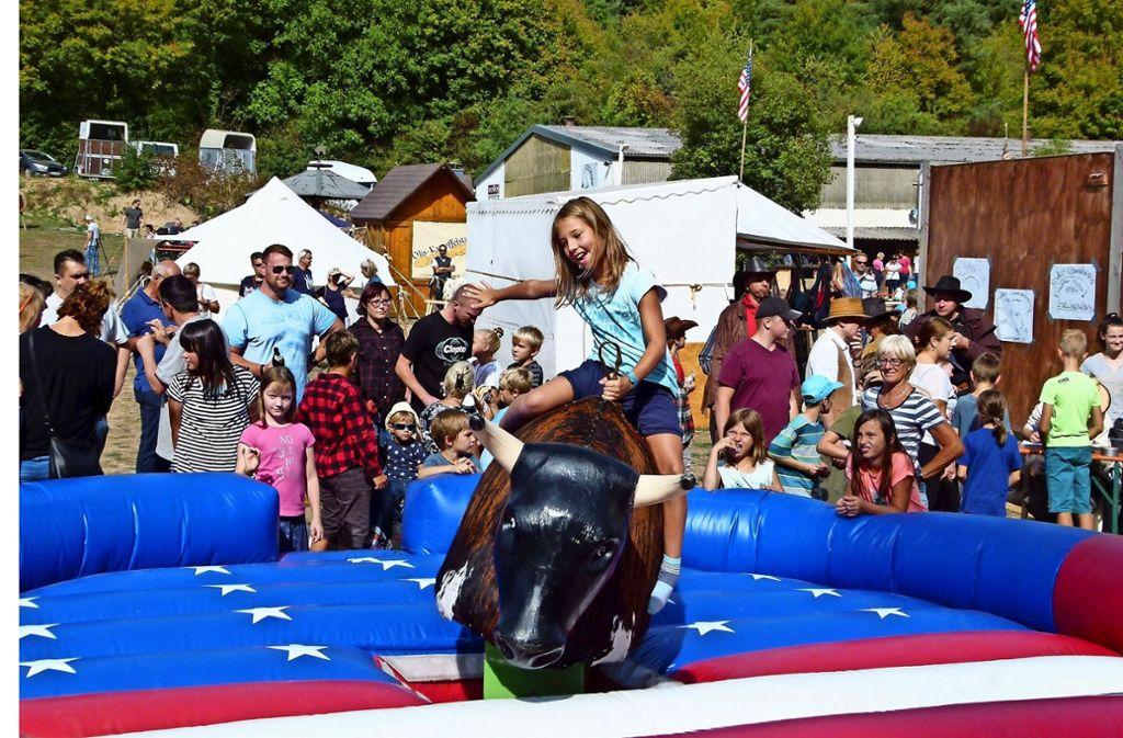 Die Rodeo Championship im Bullriding macht besonders den jungen Besuchern mächtig Spaß. Foto: Holger Schmidt