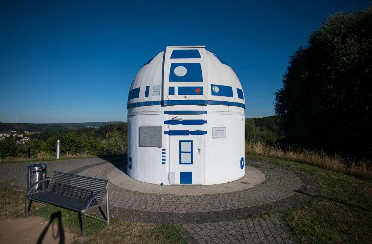 """Das Gebäude der Sternwarte in Zweibrücken bekam einen Anstrich wie die """"Star Wars""""-Figur R2-D2. Foto: dpa/Oliver Dietze"""
