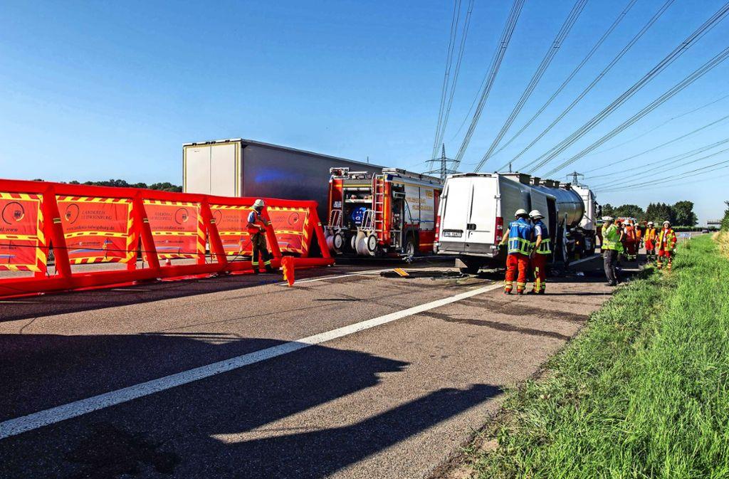 Wehret den Gaffern: Die Freiberger Feuerwehr hat bei einem schweren Unfall am Mittwoch auf der A81 erstmals  einen neuen Sichtschutz eingesetzt. Foto: 7aktuell