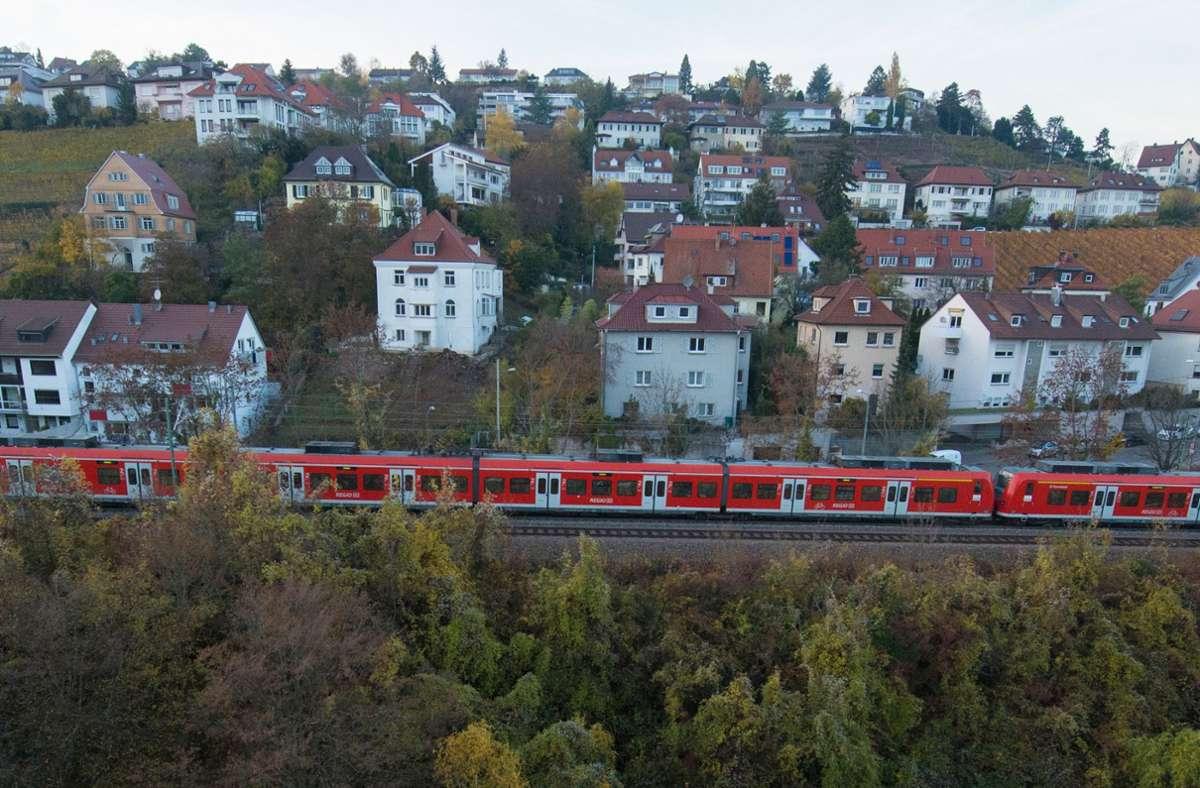 Die Gäubahn, hier ein Streckenstück durch Stuttgart,  verliert mit Stuttgart 21 ihren direkten Anschluss an den Hauptbahnhof. Foto: dpa/Franziska Kraufmann