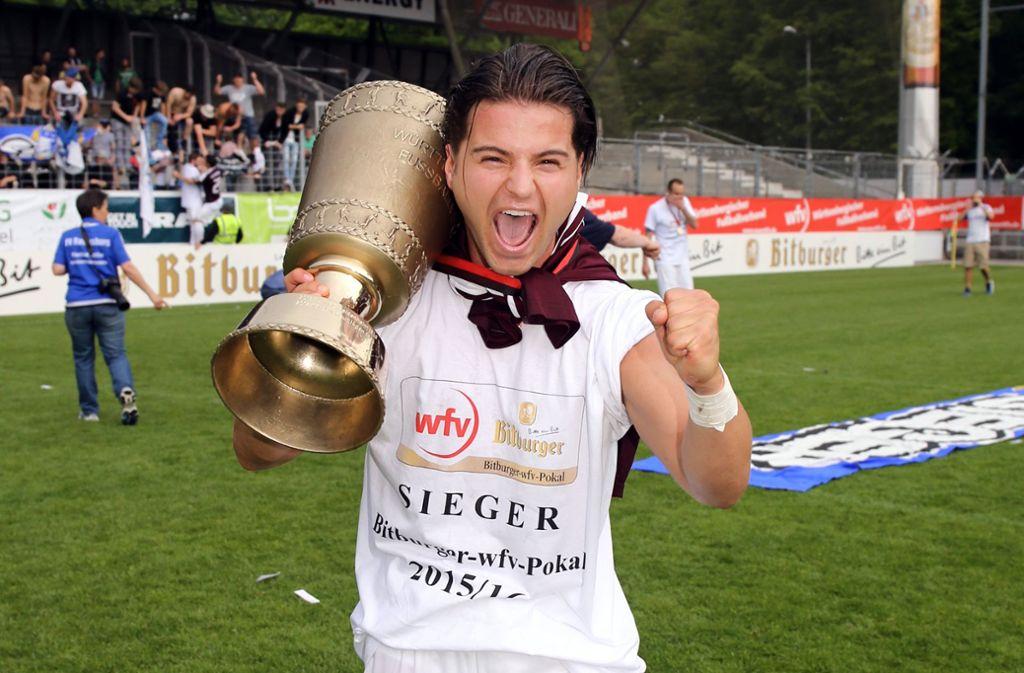 Gute Erinnerungen ans Gazistadion: Ndriqim Halili holt 2016 mit dem FV Ravensburg den WFV-Pokal auf der Waldau. Foto: Baumann