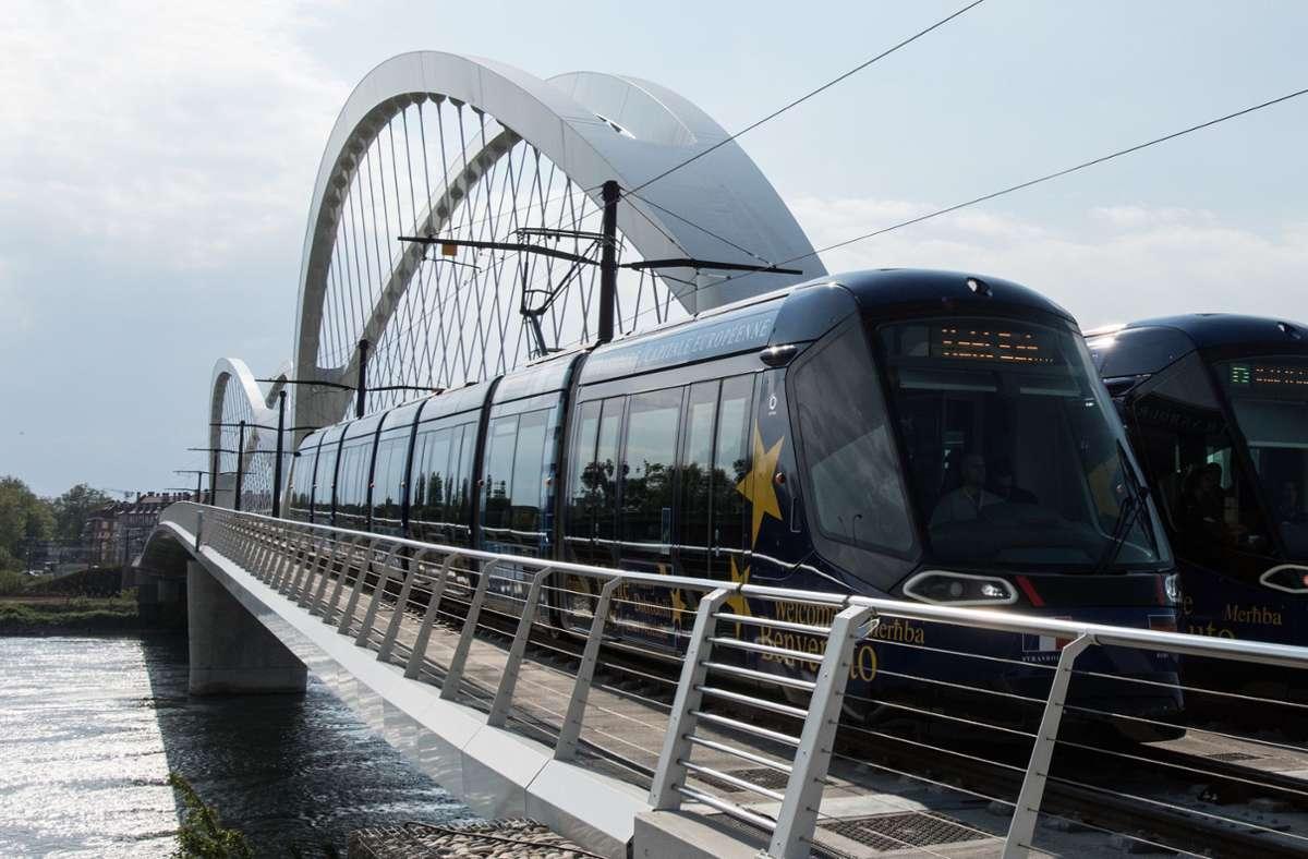 Über die Beatus-Rhenanus-Brücke pendeln täglich Menschen mit der Tram zwischen Straßburg und  Kehl. Foto: dpa/Patrick Seeger