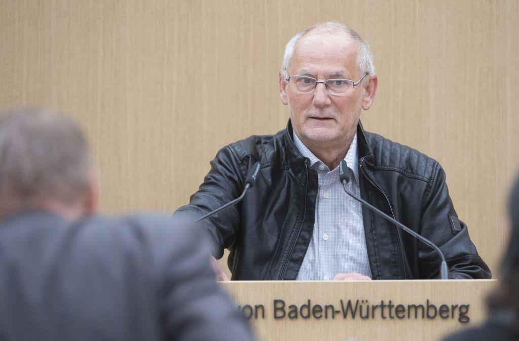 Günter Hollandt, ehemaliger Leiter der Soko Rex, spricht in Stuttgart vor dem Sitzung des NSU-Untersuchungsausschusses im Landtag. Foto: dpa