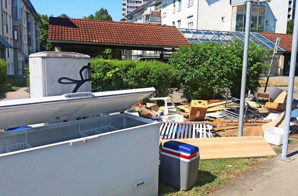 Ein Sperrmüllhaufen im Fasanenhof regt seit Wochen die Anwohner auf Foto: privat