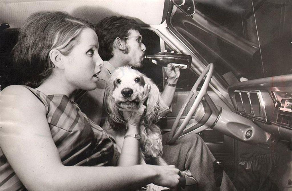 Mit Bier und Hund bei der Premiere des Autokinos Kornwestheim im Sommer 1969. Foto: Uli Kraufmann