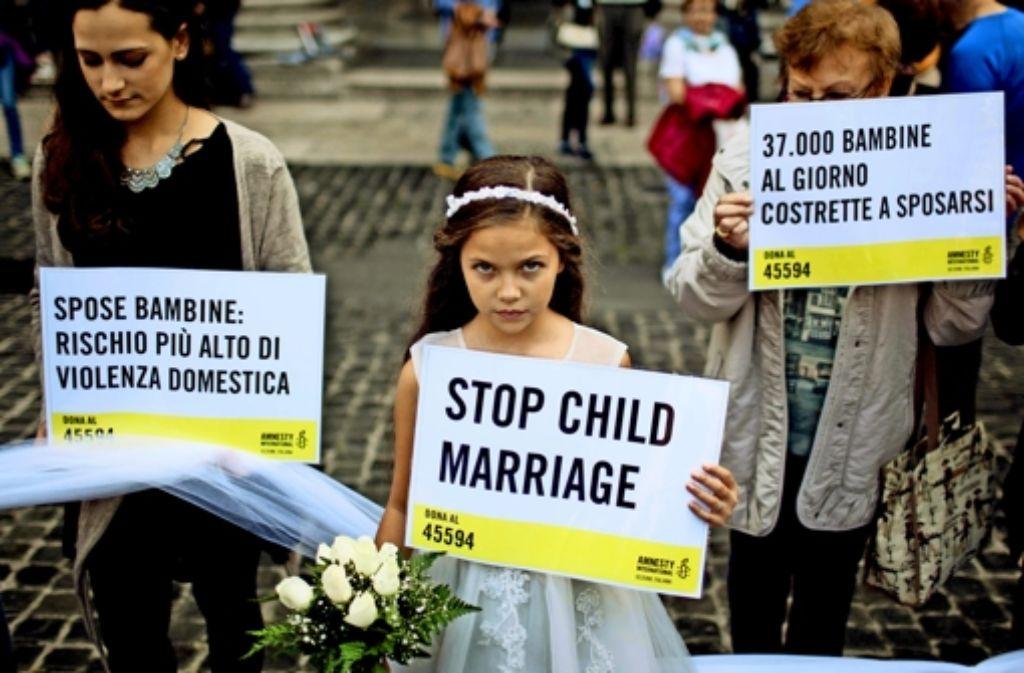 In Rom hat die zehnjährige Giorgia kürzlich bei einer Aktion von Amnesty International eine Zwangsheirat nachgestellt. Foto: Mauritius