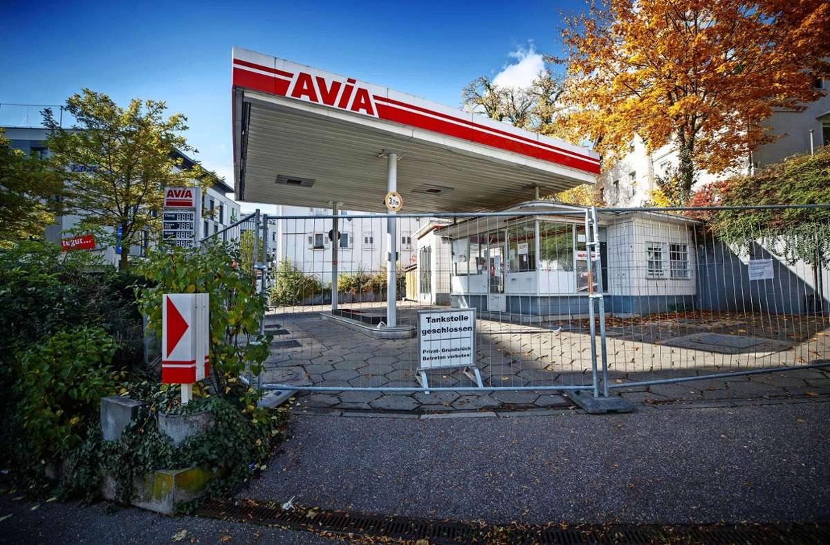 Schräg gegenüber des Waiblinger Postplatzes stehen   derzeit noch die Überbleibsel der 1961 errichteten Tankstelle. Foto: Gottfried Stoppel