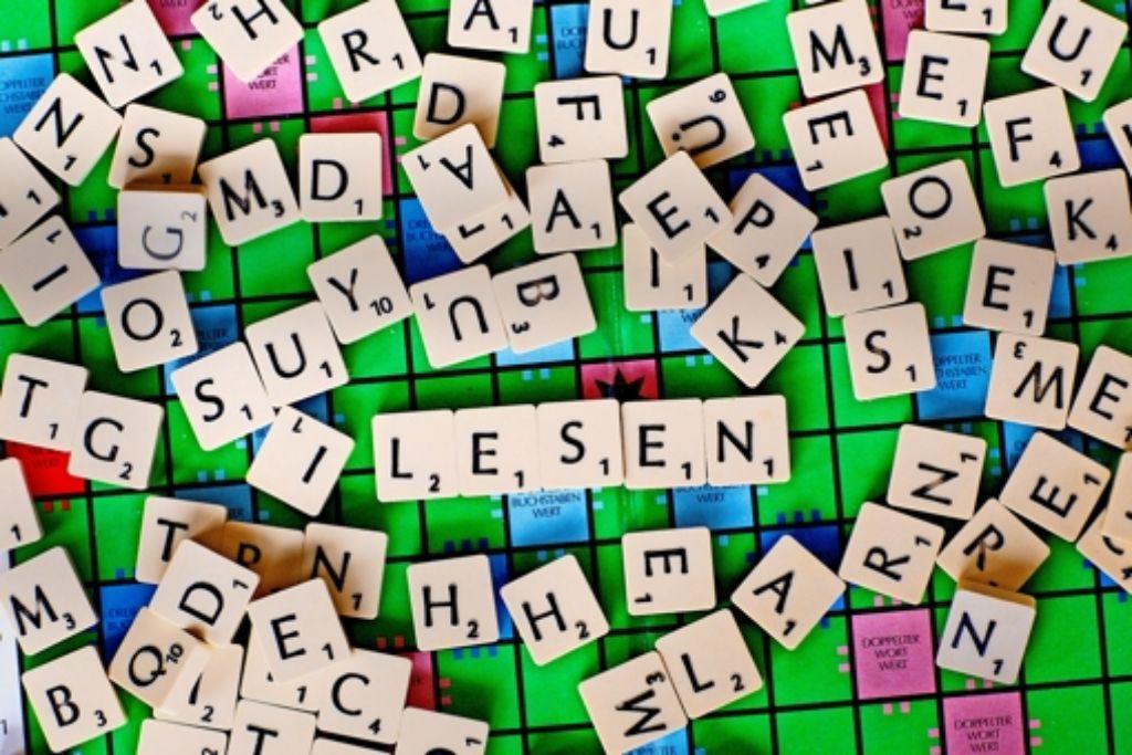 Unzureichendes Material, kindische Lehrbücher und heterogene Gruppen – auch für die Lehrkräfte stellen Alphabetisierungskurse eine Herausforderung dar. Foto: dpa