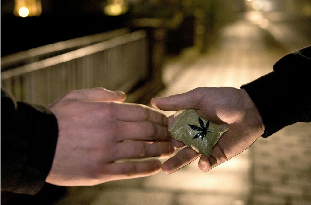 So friedlich ist die Marihuanaübergabe in Denkendorf nicht über die Bühne gegangen. Der mutmaßliche Dealer wurde niedergestochen. (Symbolfoto) Foto: dpa
